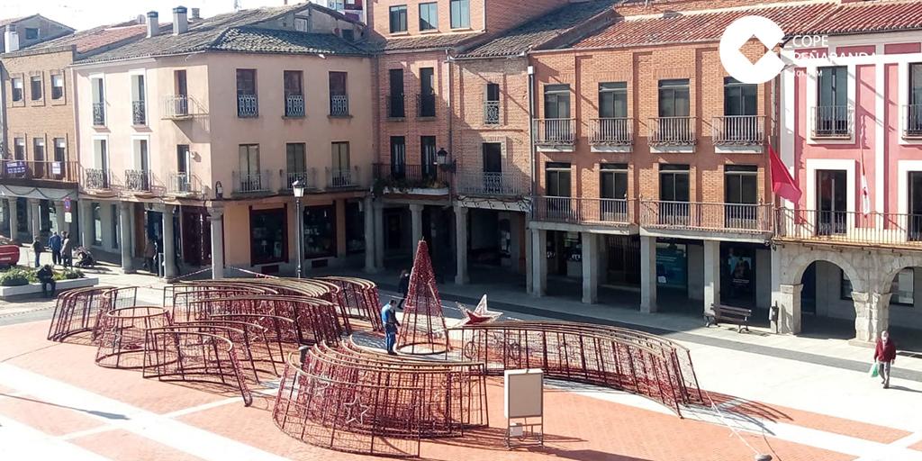 Comienza el montaje del gran cono lumínico en la plaza de la Constitución