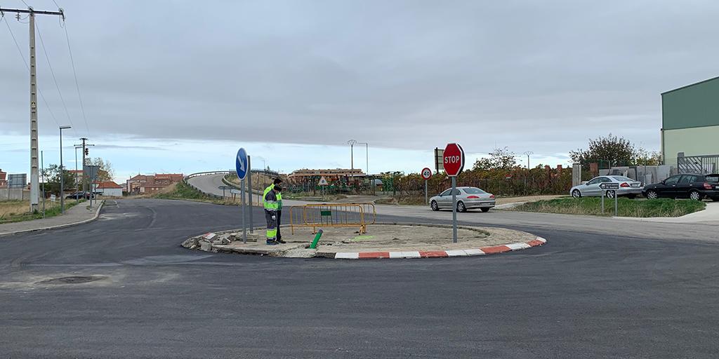 El Ayuntamiento mejora la rotonda de acceso al polígono industrial