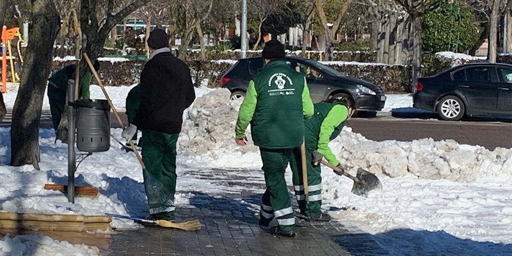Los operarios municipales continuan limpiando aceras y calles de Peñaranda