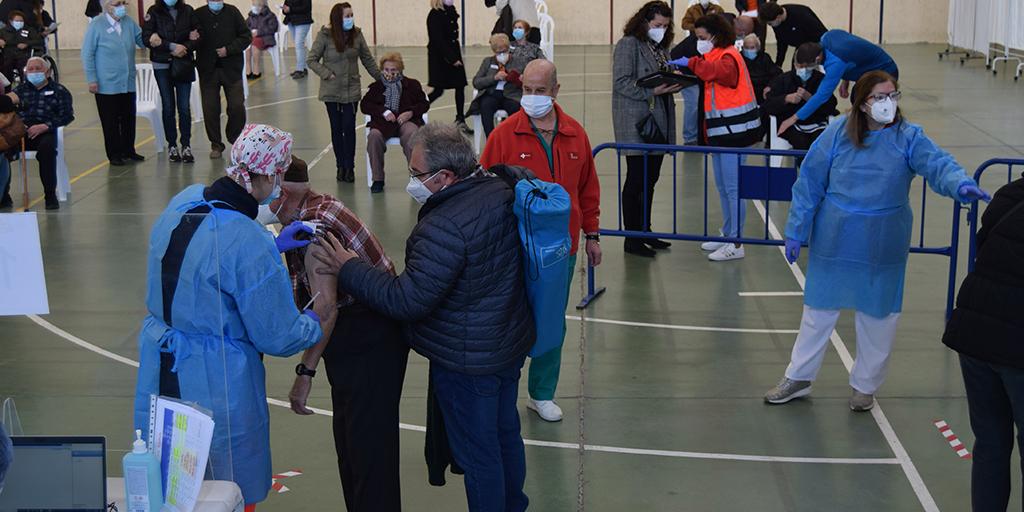 Avanza la vacunación a los mayores de 80 años, dependientes y trabajadores esenciales