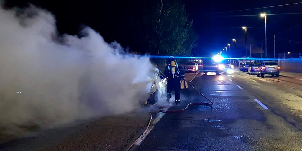 Los bomberos apagan un coche incendiado en Babilafuente