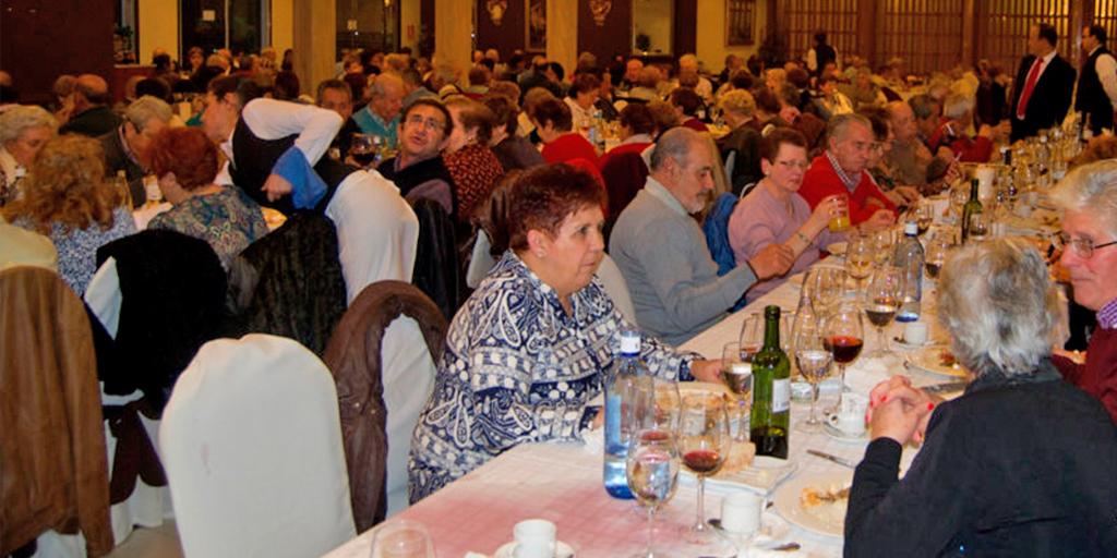 Los mayores de la asociación San Miguel de Peñaranda disfrutan de una comida
