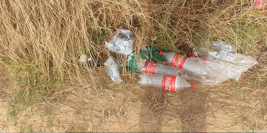 Basura de los caminos de Cantalpino debido a los botellones