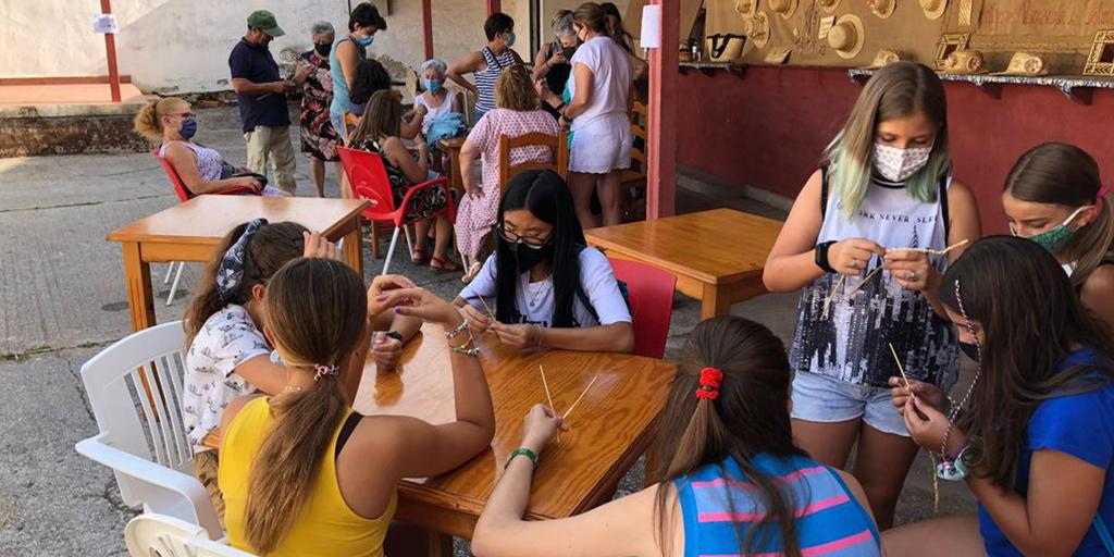 Los vecinos de Salmoral durante la muestra de folclore