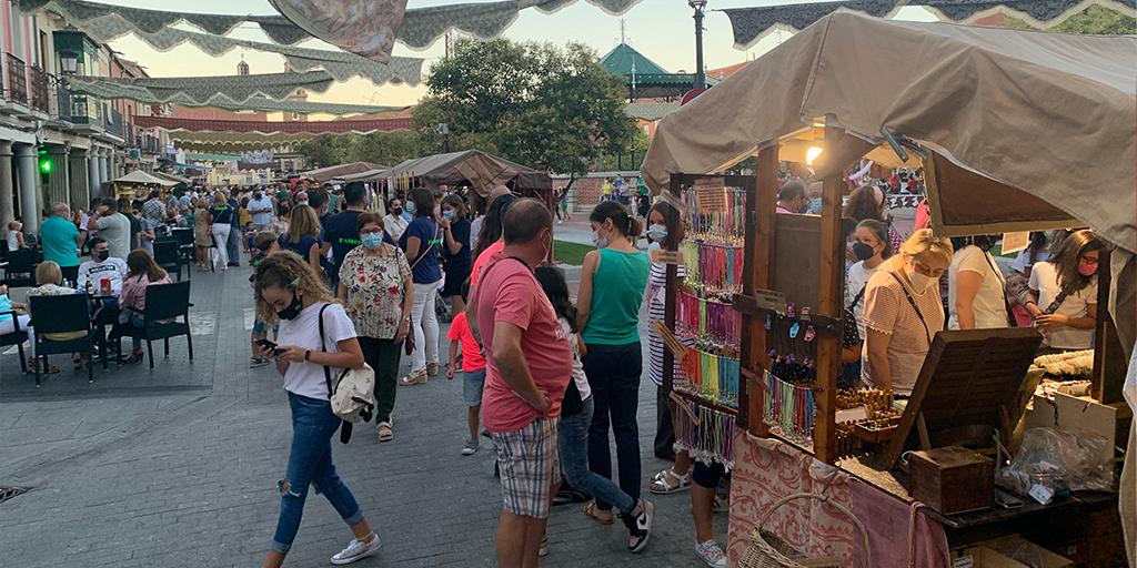 Peñarandinos y visitantes recorren el Mercado barroco en su primer día