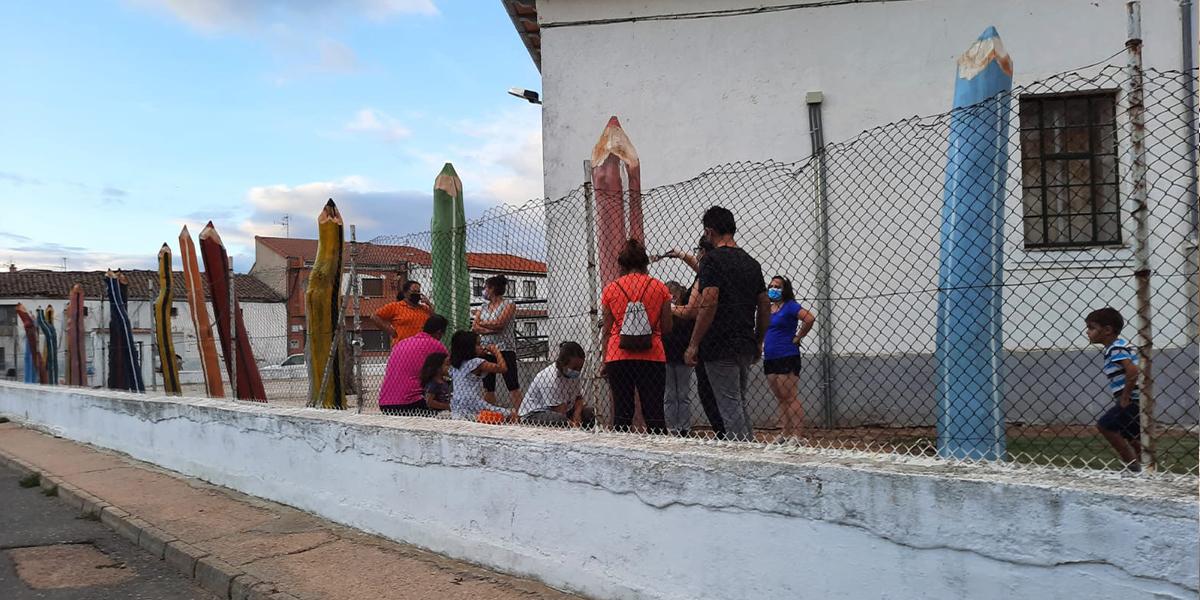 Los padres participaron en esta iniciativa de transformar los árboles secos en lápices de colores