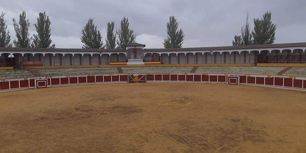 Operarios municipales han limpiado la plaza de toros de la localidad