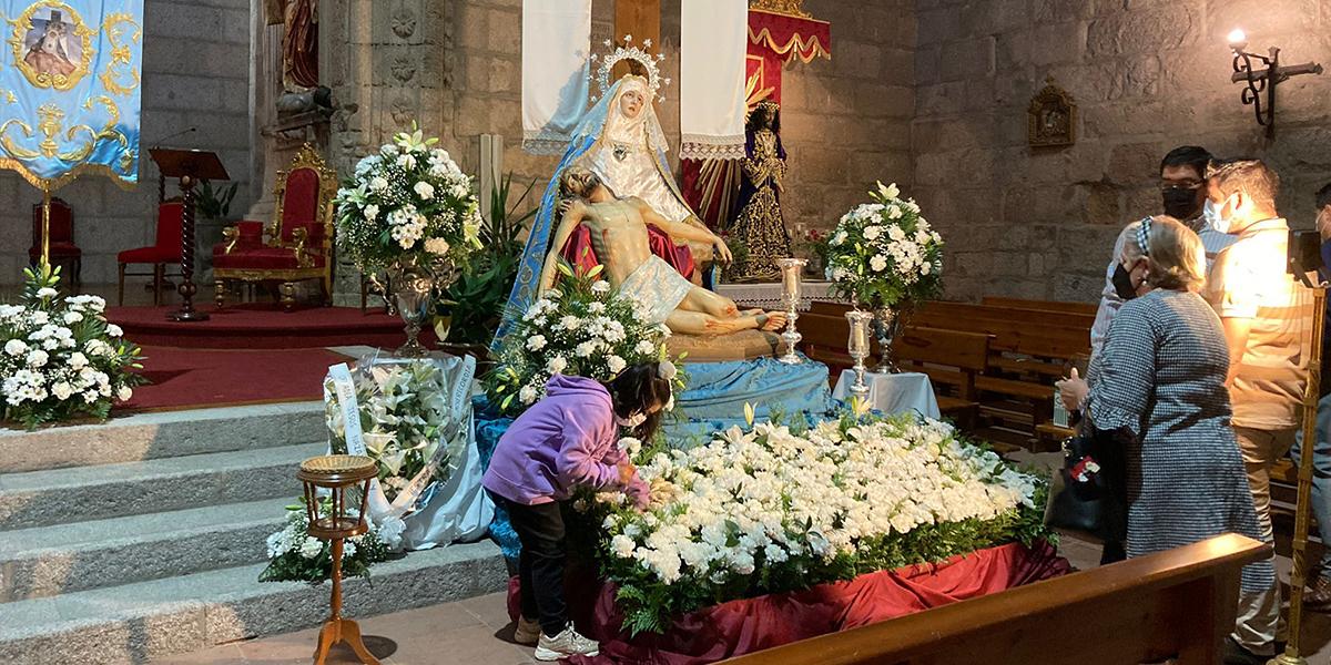 Decenas de fieles participaron en la ofrenda florar a la Virgen