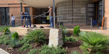 La rampa de acceso al Centro de Ocio Juvenil cuenta con una nueva barandilla