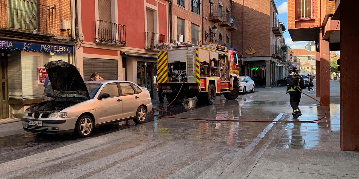 Los bomberos apagan un coche incendiado en la Plaza de España