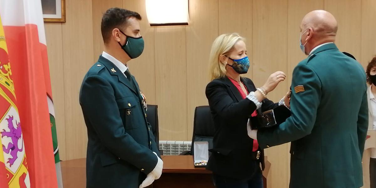 Macotera condecora a un Guardia Civil