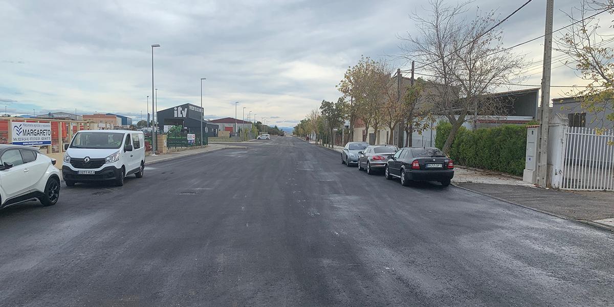 El Ayuntamiento asfalta la calle principal del polígono El Inestal
