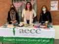La AECC colocó una mesa informativa en el mercadillo
